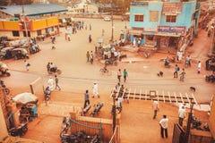 La rue passante d'une ville indienne avec des magasins, les hôtels et le transport trafiquent extérieur Photographie stock libre de droits