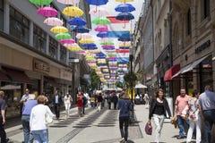 La rue piétonnière a orné avec une multitude de parapluie coloré Photographie stock