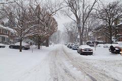 La rue résidentielle à Toronto a couvert dans la neige Photo libre de droits