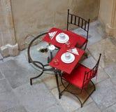 La rue servie a forgé la table et les chaises Images stock