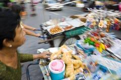 La rue transporte en charrette vendre des casse-croûte et des jouets, Bangkok Photographie stock
