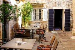 La rue ?troite de la vieille ville authentique de Kotor, Mont?n?gro photos stock