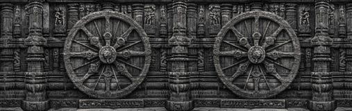 La rueda blanco y negro, de piedra grabada, construyó el templo de Konark Sun en Orissa, la India fotos de archivo
