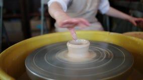 La rueda de alfarero adentro el taller de la cerámica Interior de la cerámica de la artesanía manos de los niños que trabajan en  almacen de video