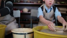 La rueda de alfarero adentro el taller de la cerámica Interior de la cerámica de la artesanía manos de los niños que trabajan en  almacen de metraje de vídeo