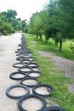 La rueda de bicicleta adorna el jardín Imágenes de archivo libres de regalías