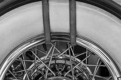 La rueda de repuesto antigua de un coche viejo Fotografía de archivo
