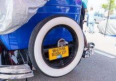 La rueda de repuesto con una muestra de Buick puesta al coche en una exposición de los coches del vintage parqueó cerca del centr Fotos de archivo libres de regalías