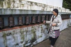 La rueda de rezo usada en budismo tibetano al eje rotatorio del cilindro inscrito con mantras emerge Foto de archivo libre de regalías