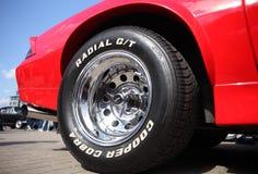 La rueda de un coche de deportes en el salón del automóvil, Bielorrusia, Minsk, puede, 07 2016: festival del nternational del ` r fotos de archivo
