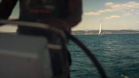 La rueda del ` s del capitán en el yate y el lujo del velero navegan metrajes