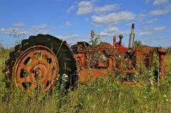 La rueda del tractor aparece enorme Foto de archivo