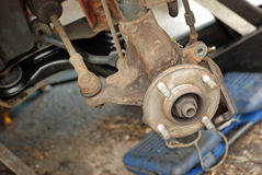La rueda eliminó abajo listo para el nuevo freno de disco. Fotos de archivo libres de regalías