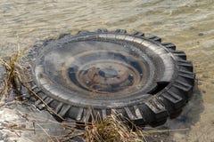 La rueda vieja no se descompone en agua durante muchos años fotografía de archivo