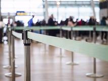 La ruelle de attente avec l'aéroport de personnes de tache floue signent contre Photographie stock libre de droits