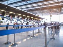 La ruelle de attente signent contre avec l'aéroport de file d'attente de personnes de tache floue Photos stock