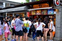 La ruelle de xiang de luogu de Nan dans l'avant de hutong de Pékin d'un du snack-bar de les plus populaires a rempli de personnes Images stock