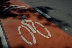 La ruelle qui est donnée pour le vélo pour tourner image libre de droits