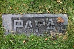 La ruina cubrió a Papa Marble Headstone en cementerio viejo fotografía de archivo libre de regalías