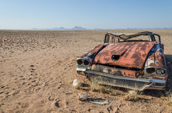 La ruina del coche clásico del salón abandonó profundamente en el desierto de Namib de Angola Imagen de archivo libre de regalías