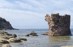 La ruine antique de la tour émerge de la mer Photographie stock libre de droits