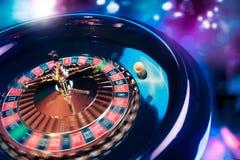 La ruleta rueda adentro el movimiento con un fondo brillante y colorido Fotografía de archivo