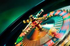 La ruleta rueda adentro el movimiento con un fondo brillante y colorido Fotografía de archivo libre de regalías