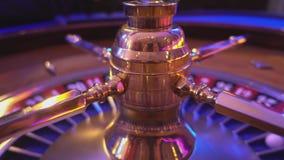 La ruleta rueda adentro un casino almacen de video
