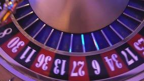 La ruleta rueda adentro un casino - 16 triunfos rojos almacen de metraje de vídeo