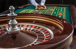 La ruleta y las pilas de juego salta en una tabla verde Foto de archivo libre de regalías
