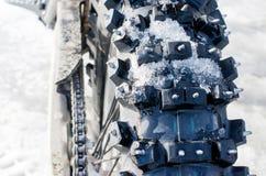 La ruota da un motociclo con le punte Fotografie Stock