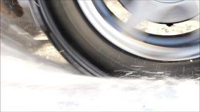 La ruota dell'automobile slitta nella neve archivi video
