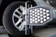 La ruota di automobile ha riparato l'applauso a macchina allineato Fotografia Stock