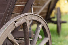 La ruota di legno del vecchio carretto Fotografia Stock
