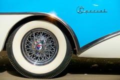 La ruota di un'automobile antica con un orlo bianco fotografia stock libera da diritti