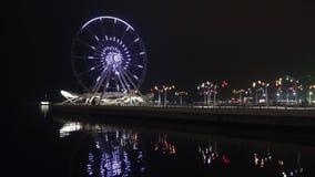 La ruota panoramica sul boulevard della spiaggia verso la fine della sera Bacu, Azerbaigian stock footage