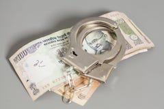 La rupia indiana di valuta nota ed ammanetta immagini stock