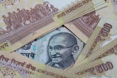 La rupia 100 nota fra demonetizzato 500 note dell'INR Fotografia Stock