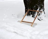 La ruspa spianatrice per rimuove la neve in percorso vicino eliminato-via 1 del cumulo di neve Fotografie Stock Libere da Diritti