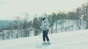 La Russia Abzakovo 01 2019 Giovane sciatore felice adulto che fa i giri veloci su una pista governata mattina fresca di inverno a video d archivio