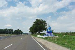La Russia, Anapa- 28 luglio 2018: Strada principale federale a-290 nella regione meridionale Iscrizione nel Russo: Benvenuto di A immagine stock