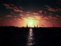 La Russia - Arcangelo - fiume del Nord di Dvina - vista al porto marittimo al tramonto Fotografia Stock