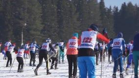 La Russia, Berezniki 11 marzo 2018: inizio maschio della corsa dello sciatore durante la pista di massa tutto russa dello sci 10  video d archivio