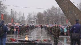 La Russia Berezniki può 9, 2018: la gente con i ritratti che celebra Victory Day nella grande guerra patriottica video d archivio