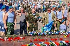 La Russia, città di Magnitogorsk, regione di Ä?eljabinsk - 2 agosto 2015 Truppe di festa Fiori al complesso commemorativo nella m immagini stock libere da diritti