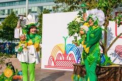 La Russia, città Mosca - 6 settembre 2014: Gli attori del burattino giocano la manifestazione sulla via Burattini nelle mani del fotografie stock