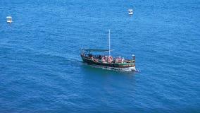 La Russia, Crimea, il 6 luglio 2017 Nave da crociera con i turisti che si muovono attraverso il mare blu nel giorno soleggiato Mo stock footage