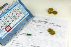 La Russia Forma di dichiarazione annuale per il pagamento di imposta sul reddito delle persone fisiche Calendario da tavolino con immagini stock