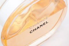 La Russia, Iževsk - 13 giugno 2017: Chanel Chance Profumo di perfezionamento e famoso isolato su fondo bianco fotografia stock