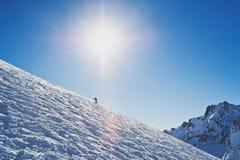 L'uomo scivola lungo la cresta Fotografie Stock